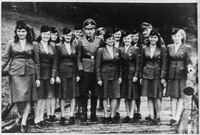 Goebbels con las mujeres de las SS.